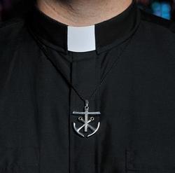 Cuello romano con cruz y anclas