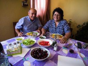 Pato y Carmen en la mesa.