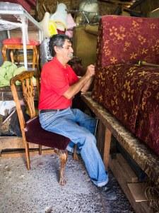 Carlos en su taller.