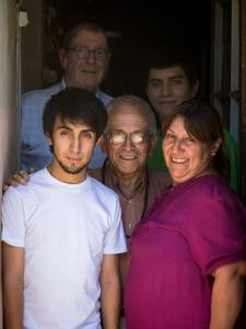 Familia Villaronga Perez con P. Roberto Simon, C.S.C.