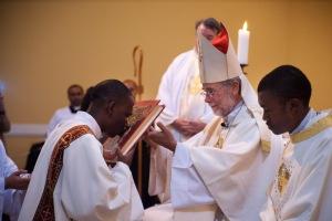 Jacquy besa al Evangelario
