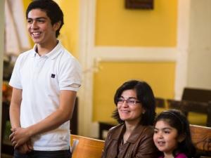 Luciano Alvarado con su madre y hermana