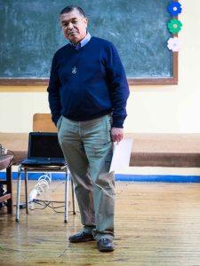 P. Rómulo dando una charla a jóvenes del colegio.