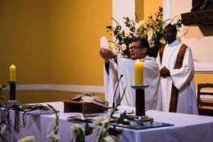 P. Rómulo celebrando misa