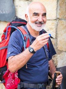 Carlos Ávila Novás en el Monasterio de Irache.